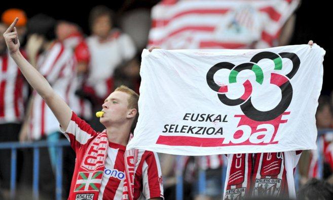 Aficionados del Athletic pitan el himno nacional en la final de Copa...