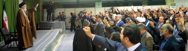 El líder supremo de Irán, Ali Jamenei, saluda a miembros del...
