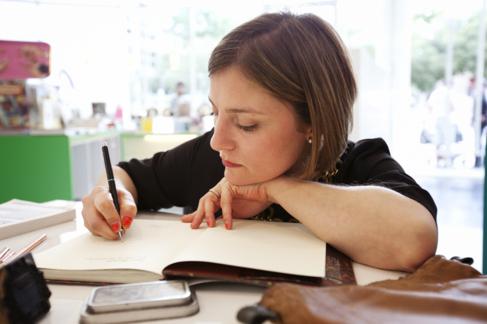 Sara Morante, bolígrafo en mano.