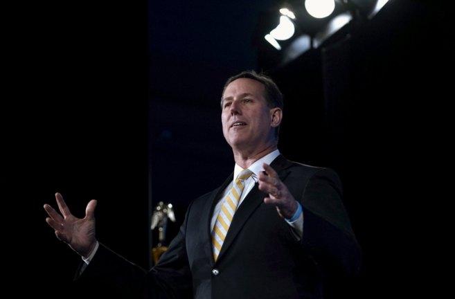 El ex senador por Pensilvania Rick Santorum habla en una conferencia...