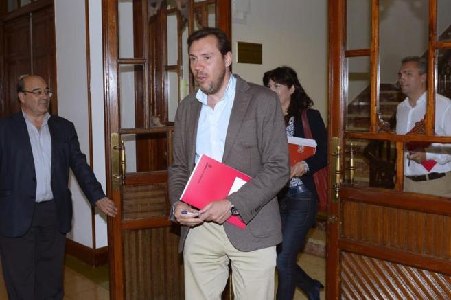 El candidato del PSOE, Óscar Puente, a su llegada a la reunión.