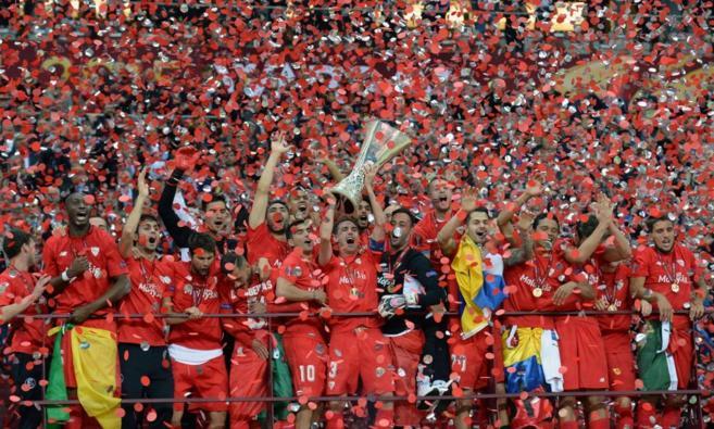 Los jugadores del Sevilla celebran la Europa League conseguida en...