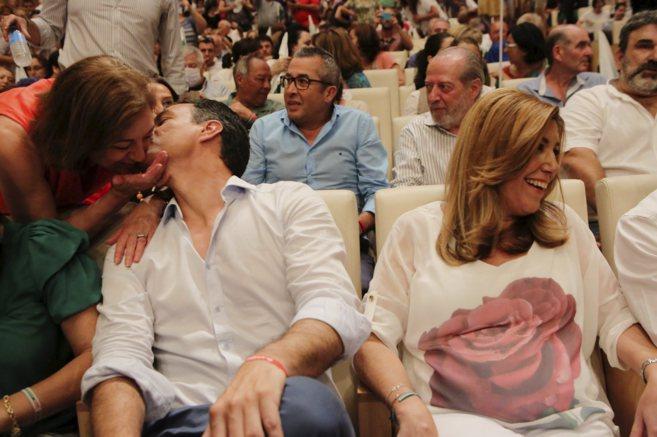 Sánchez saluda a una militante junto a Susana Díaz en el mitin de...