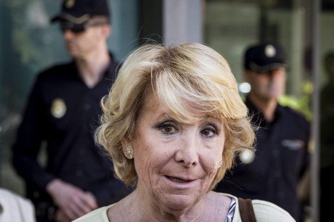 Esperanza Aguirre junto a la sede del Partido Popular en la Calle...