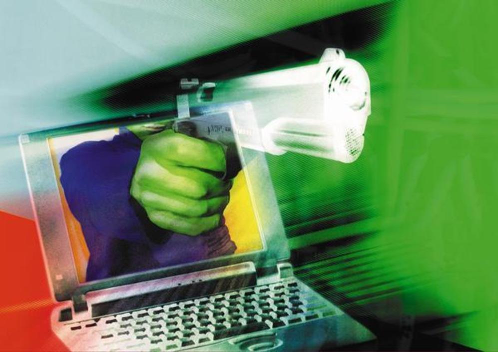 Una pistola emerge de la pantalla de un  ordenador.
