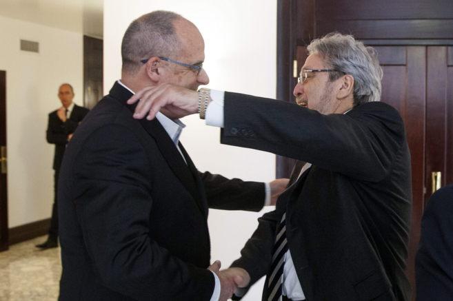 El portavoz del PNV, Joseba Egibar, felicita al nuevo ararteko, Manu...