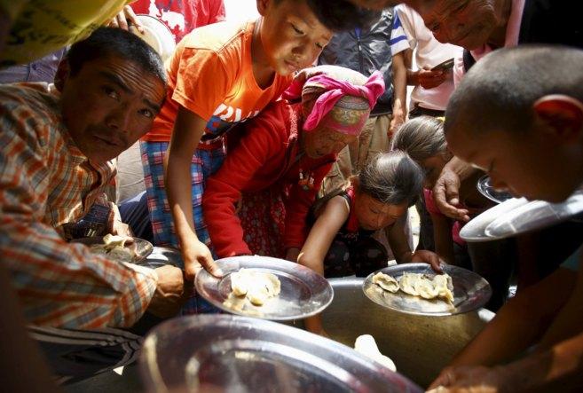 Víctimas del terremoto reciben comida en un monasterio tibetano, en...