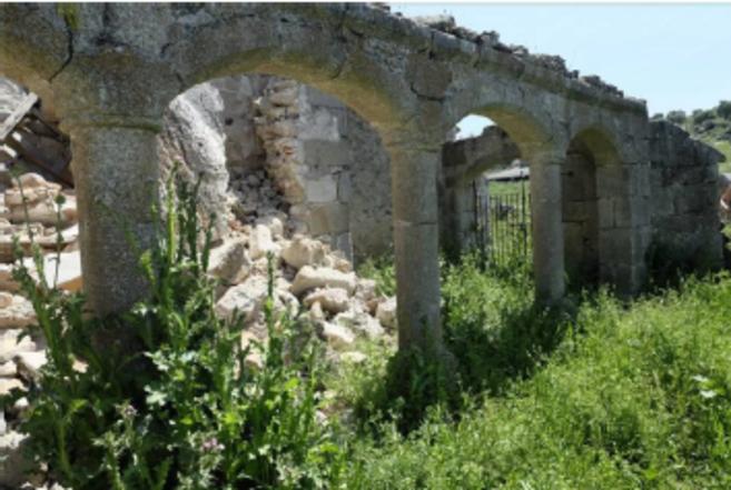 La fachada derruida de un monasterio en Cáceres