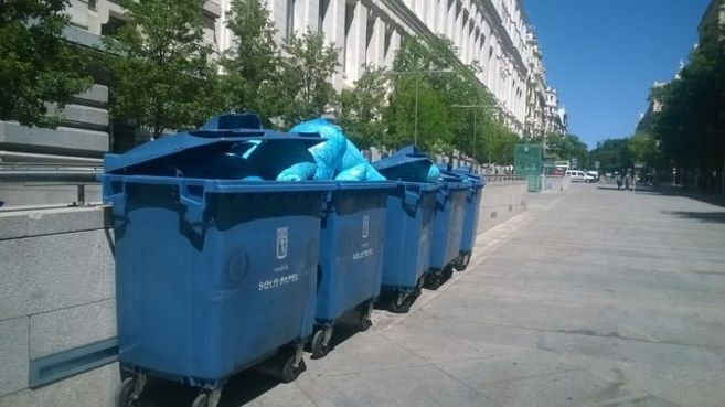 Contenedores con bolsas de basura repletas de papel triturado en la...