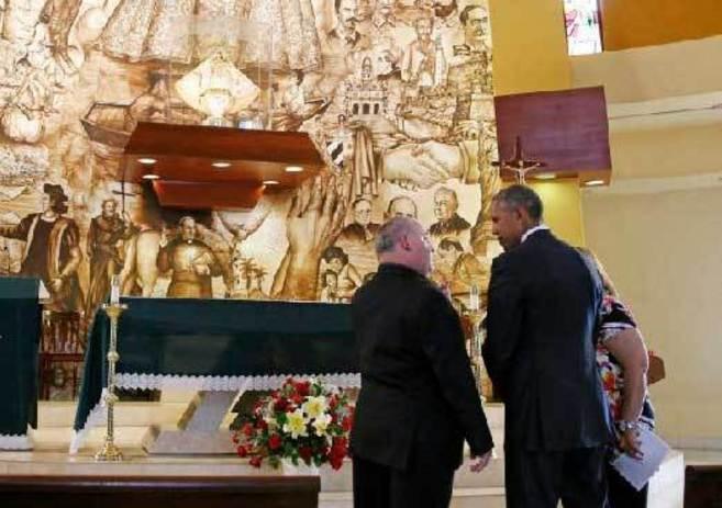 El presidente Obama dialoga con el padre Rumín en el interior del...