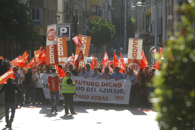 Miembros de CCOOy UGT, ayer en Castellón, en la primera...