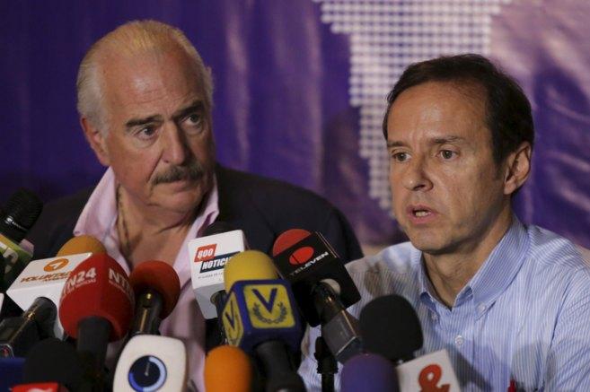 Los ex presidentes Andrés Pastrana (izda.) y Jorge Quiroga, durante...