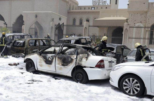 Los bomberos apagan el fuego causado por el coche bomba frente a la...