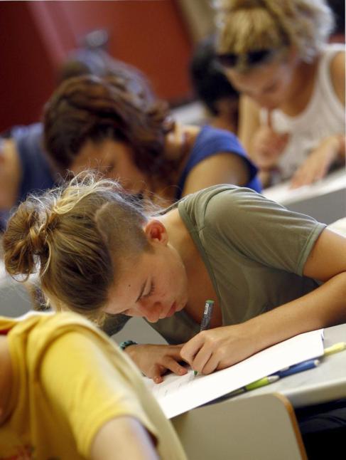 Estudiantes realizan una prueba de acceso a la universidad.