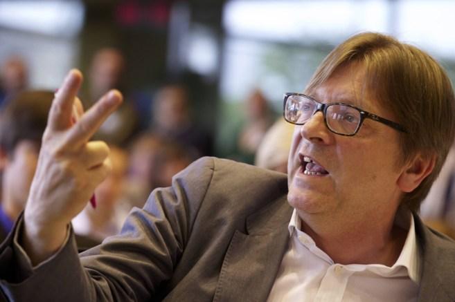 Guy Verhofstadt gesticula durante un congreso de su partido antes de...