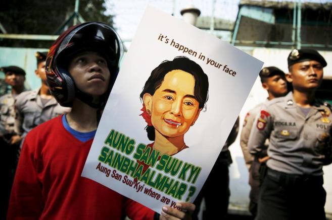 Un manifestante indonesio reclama un gesto de Suu Kyi a favor de los...