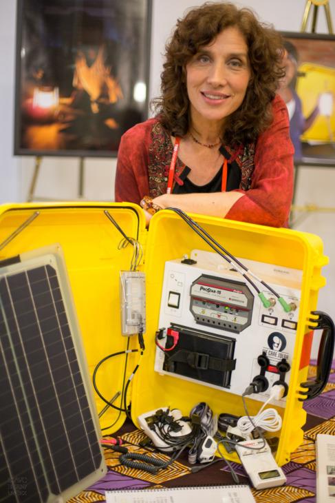 Laura Stachel junto con una de sus 'maletas solares'.