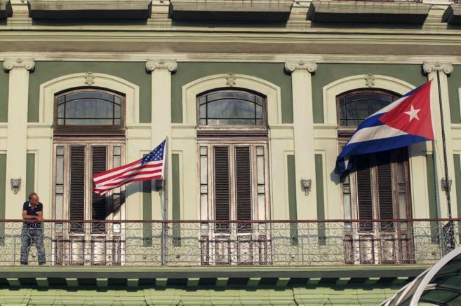 Una bandera estadounidense y otra cubana en un hotel de La Habana