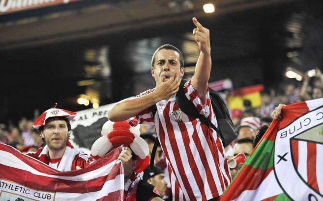 Un aficionado del Athletic durante la pitada al himno en 2012.