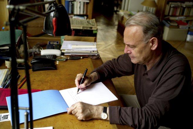 Patrick Modiano (París, 1945), escribiendo en el estudio de su casa.