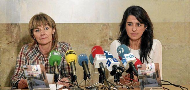 Aintzane Ezenarro acompaña a la disidente de ETA Carmen Gisasola en...