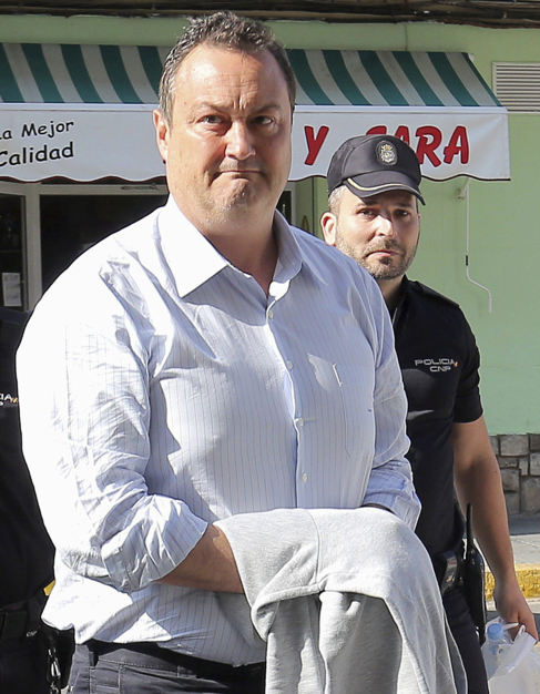El empresario Vicente Huerta custodiado por la Policía.