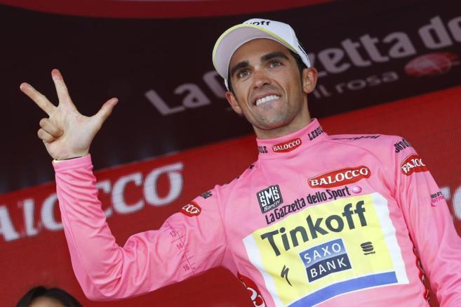 Contador celebra la victoria en el podio de Sestriere.