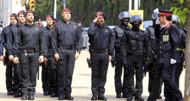 El comisario jefe de los Mossos, Lluís Trapero, pasa revista en el...