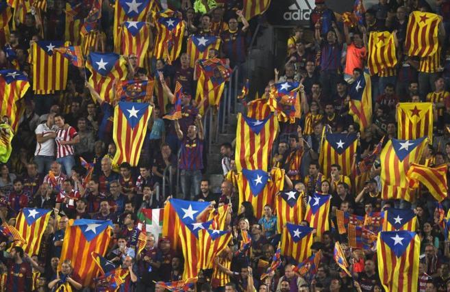 Aficionados del Barça muestran 'esteladas', durante el...