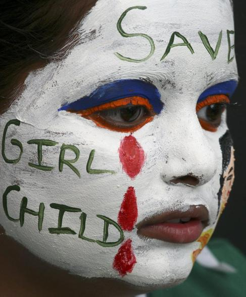 Una mujer se  manifiesta en contra del feticidio en la India