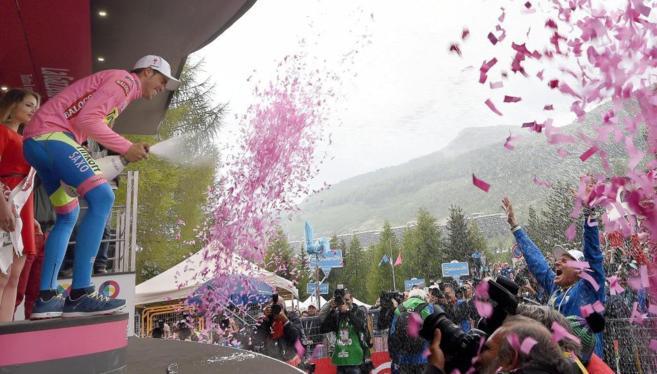 El de Pinto celebra la maglia rosa en Sestriere, tras la etapa más...