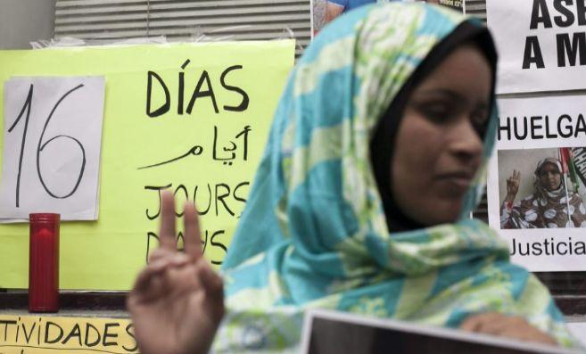La saharaui Takbar Haddi, en huelga de hambre ante el Consulado de...
