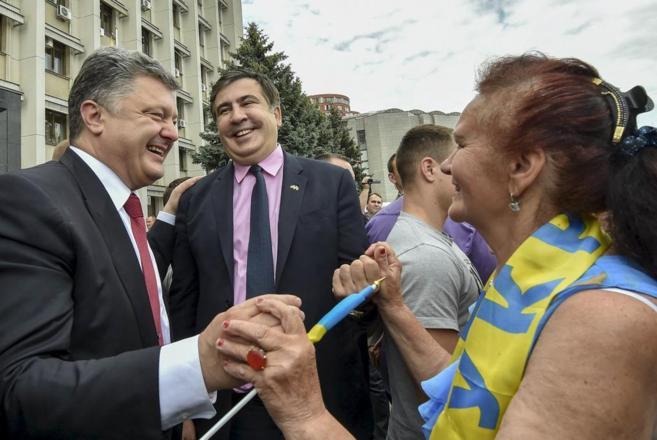 El presidente ucraniano, Petro Poroshenko (izda.) y el nuevo...