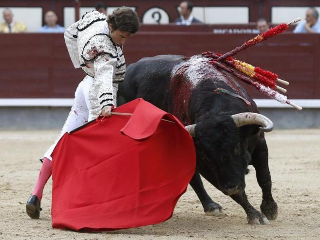 Derechazo de Robleño al primer toro de su lote