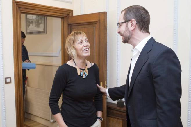 El alcalde en funciones, Javier Maroto, recibe a Miren Larrion en el...