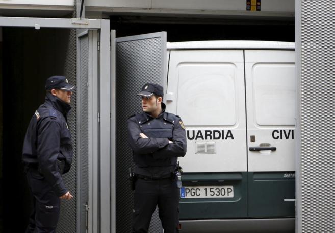 Fuerzas de seguridad custodian una de las puertas de la Audiencia...