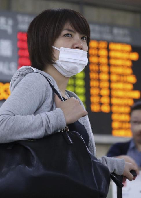 Una turista japonesa utiliza mascarilla a su llegada  al aeropuerto en...