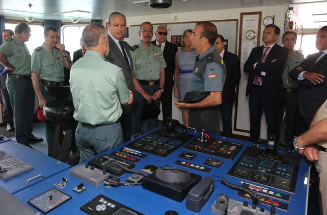Arsenio Fernández de Mesa, en la sala de mandos del buque Segura.