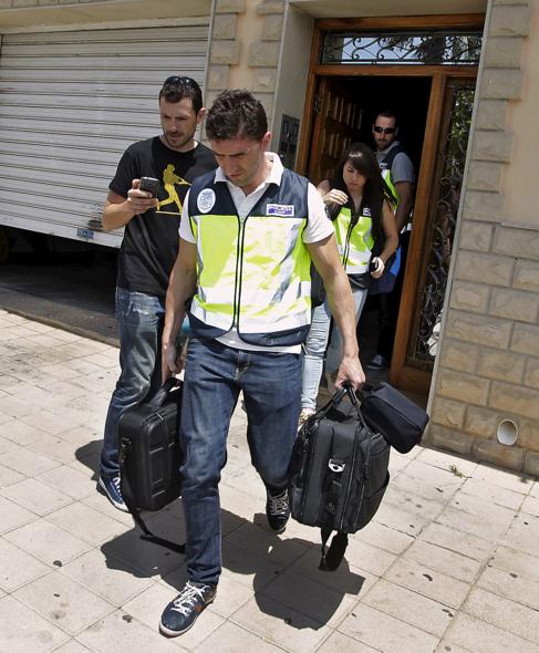 Agentes policiales abandonando la vivienda de Serafín Castellano con...