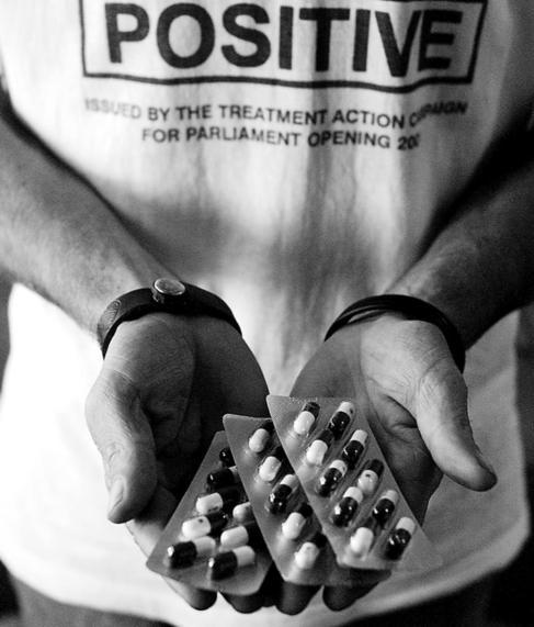 Un joven sostiene varios fármacos contra el VIH.