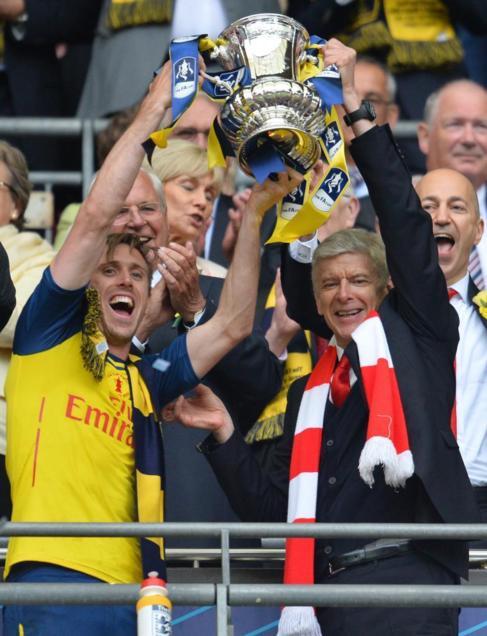 Monreal y Wenger levantan laFACup, el pasado sábado en el estadio de...