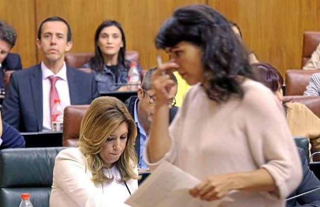 Teresa Rodríguez pasa ante Susana Díaz en el Parlamento.