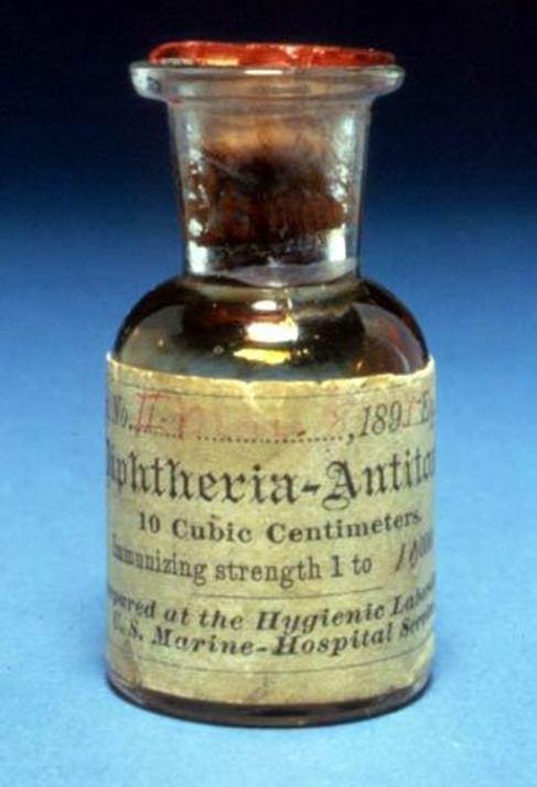 Uno de los primeros botes de la antitoxina diftérica que se da a las...