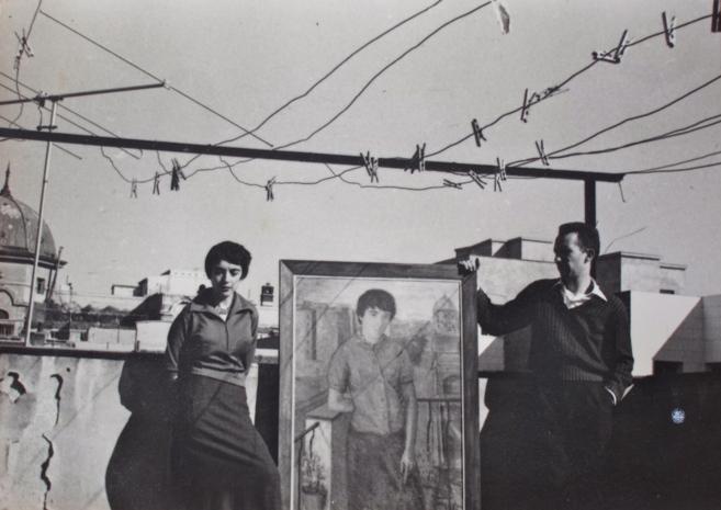 Amalia Avia y Lucio Muñoz con un retrato de Amalia terminado.