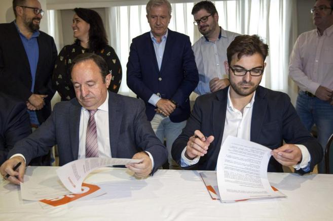 Pedro Sanz y Diego Ubis, en la firma del documento.