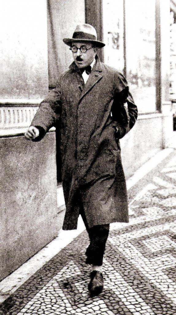 Fernando Pessoa caminando por las calles de Lisboa en los años 20