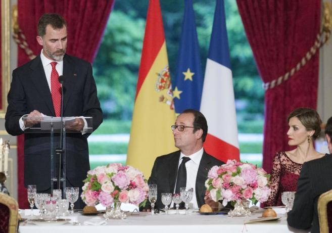 Don Felipe lee su discurso en la cena de gala en el Elíseo.