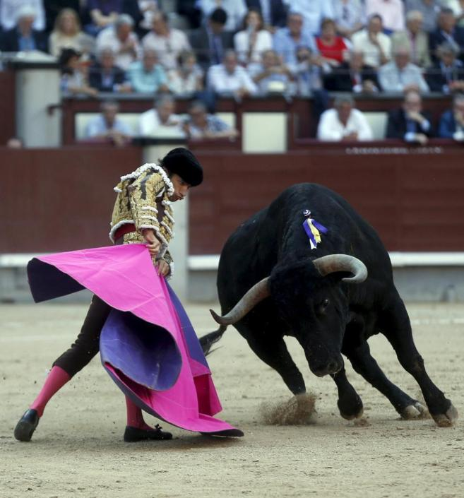 Media verónica de Fernando Robleño al inmenso toro de Cuadri