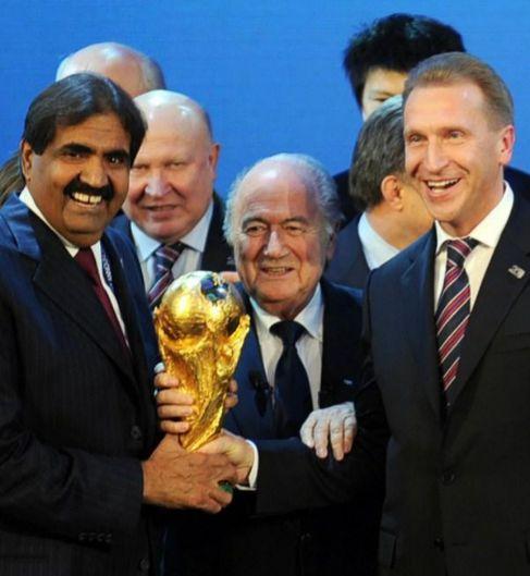 Blatter, con el emir de Qatar y el ministro ruso, tras la elección de...