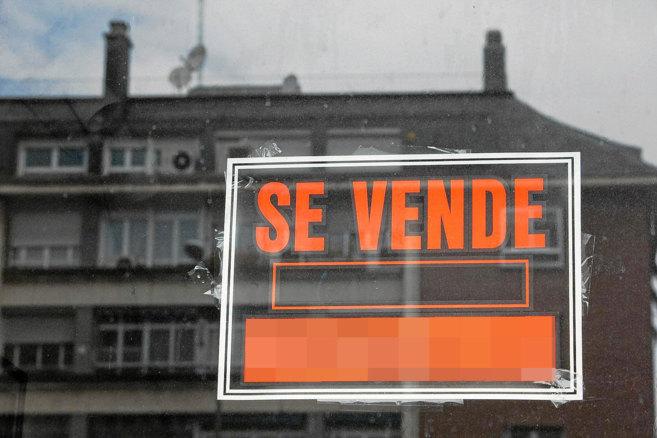 Imagen de un cartel que anuncia la venta de una propiedad de segunda...